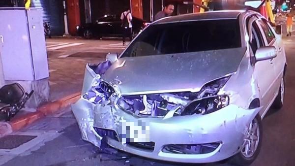 李嫌將租來的車頭撞得凹陷變形。(記者陳恩惠翻攝)