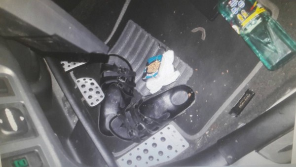 警方在車內腳踏板上發現有個小鐵盒,打開發現內有2小包2.29公克安非他命毒品。(記者陳恩惠翻攝)