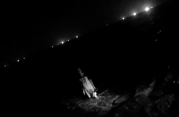 陳姓通緝犯站在海中意圖尋短,被瑞芳警分局熱心警察救回。(記者林嘉東翻攝)