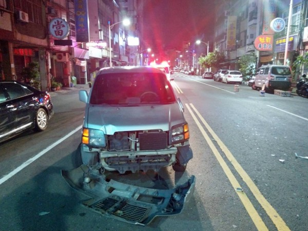 騎士酒駕擦撞汽車,買水狂灌還是逃不過酒測,汽車受損情況。(記者黃良傑翻攝)