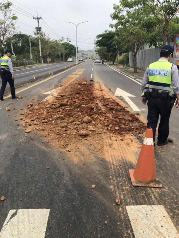 東大路與西屯路3段往都會公園上坡處有大量土石掉落,警方趕往處理。(記者許國楨翻攝)