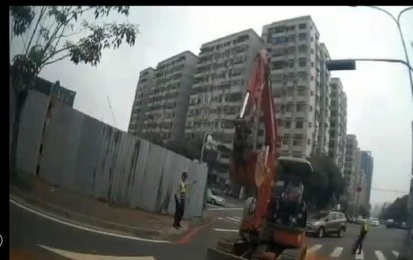 挖土機剷除路面土石。(記者許國楨翻攝)