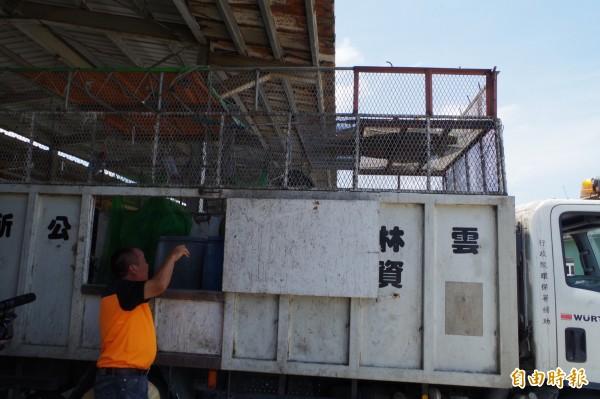 二崙清潔隊改裝資源回收車,讓清潔隊員在安全作業環境從收取垃圾第一時間就開始分類。(記者林國賢攝)