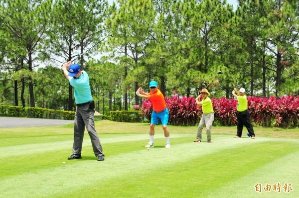 第15屆全國EMBA高爾夫球聯誼賽,揮桿開球。(記者張軒哲攝)