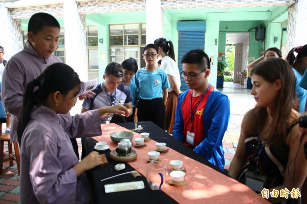 台灣大學外籍學生到嘉義縣水上鄉成功國小,和孩子們交流。(記者林宜樟攝)