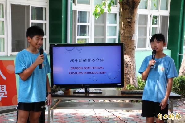 台灣大學外籍學生到嘉義縣水上鄉成功國小,和孩子們交流,小朋友們用英文介紹端午節的由來。(記者林宜樟攝)