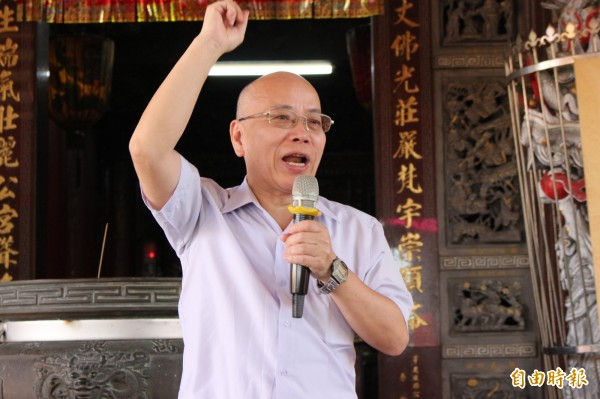 行政院政務委員張景森向鹿港水五金業者釋出政府的善意。(記者張聰秋攝)