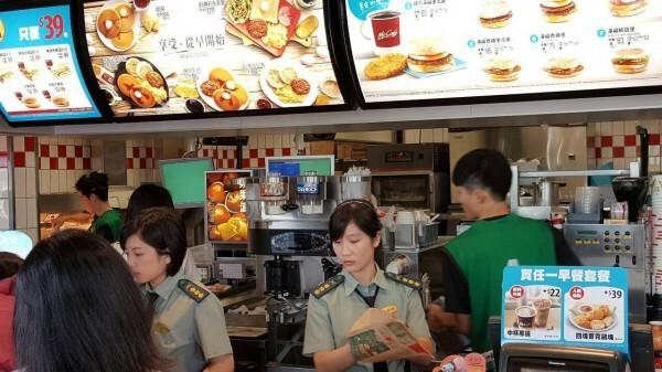 麥當勞曾舉行變裝秀,但一家門市卻穿著軍服,國防部對此嚴正抗議。(資料照,圖取自臉書「爆料公社」)