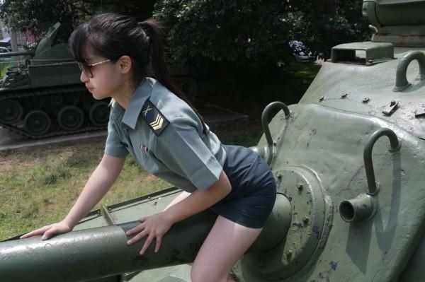 女網友穿著掛階軍服拍攝許多性感照片張貼於臉書惹議。(圖擷取自臉書粉絲專頁「Momo cat」)