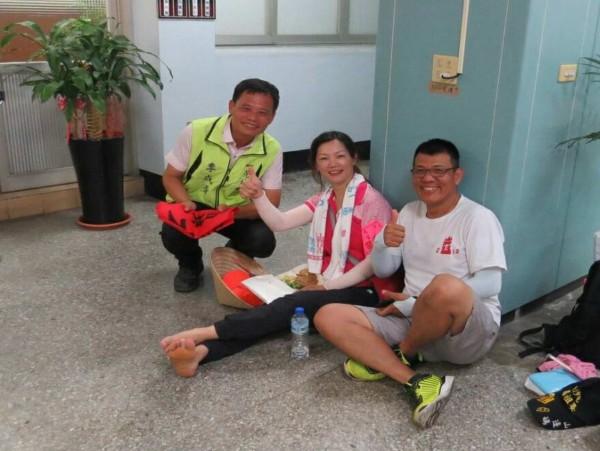 白沙屯媽祖昨天停駐花壇鄉公所,鄉長李成濟(左)關切休憩的信眾。(記者湯世名翻攝)