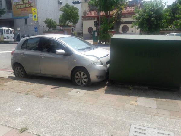 林婦開車衝撞變電箱尋短,所幸人沒受傷。(記者陳文嬋翻攝)