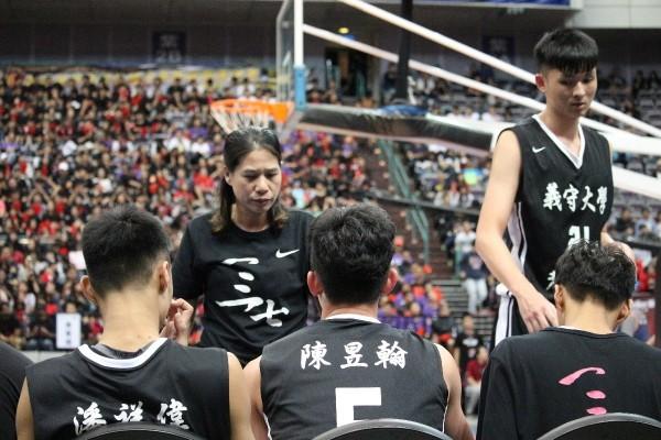 謝玉娟(中)成為首位中華白隊女教頭。(記者洪臣宏翻攝)