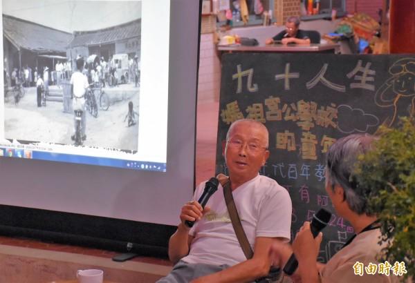程丁有(左)回憶,當年就讀國小時因教室數量不足,曾於1941年轉到海尾朝皇宮上學。(記者邱灝唐攝)