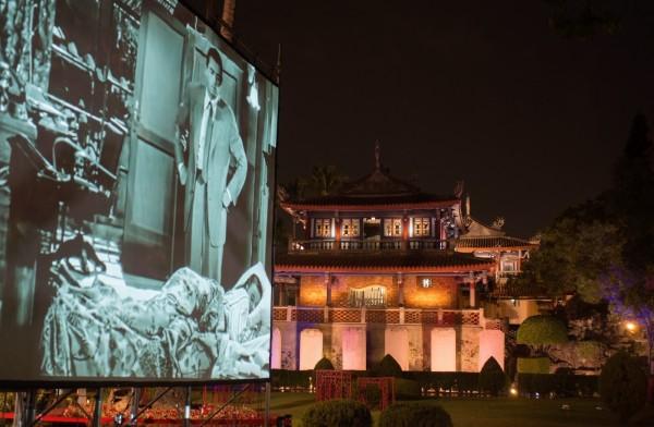 古蹟戶外露天電影院,清涼吹風看戲。(南市文化局提供)