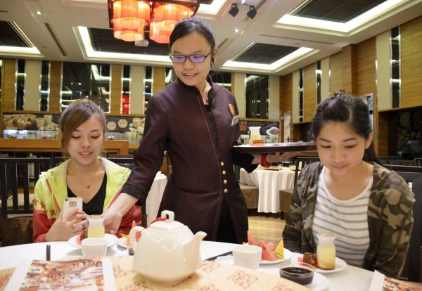 6月將畢業的徐秀禎已獲企業以副領班的職位留用,不怕畢業即失業。(勞動部雲嘉南分署提供)