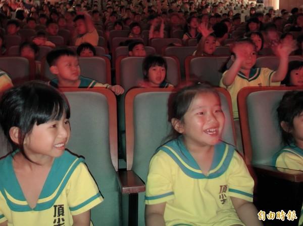 幼兒園小朋友們與台上演員互動,相當投入。(記者許倬勛攝)