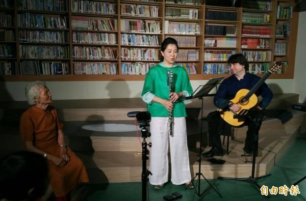 Rene(右)、蔡佳芬和王蕭不(左)共同表演相褒歌音樂。(記者翁聿煌攝)