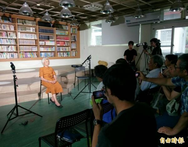 94歲阿嬤王蕭不受邀到場演唱相褒歌。(記者翁聿煌攝)