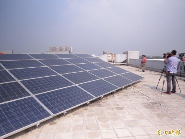 最近因天氣炎熱,太陽能也發威,發電量也跟著爬升。(記者蔡文居攝)