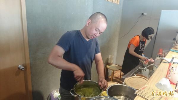店內的糖水和各式料,都是吳長胤用心研發、熬煮、準備的。(記者劉婉君攝)