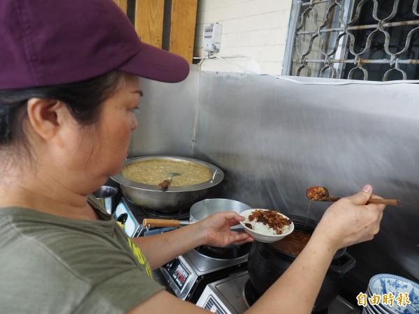 陳麗娟將家傳的魚干魯肉飯再研發改進,成為店內招牌小吃。(記者王秀亭攝)