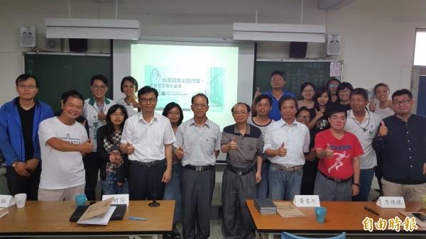 公民團體今日舉辦「台南智慧城市論壇」,研討未來政策並蒐集公民意見。(記者邱灝唐攝)