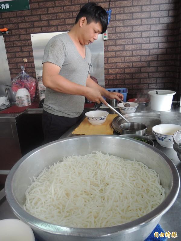 店內採用粗條米粉。(記者江志雄攝)