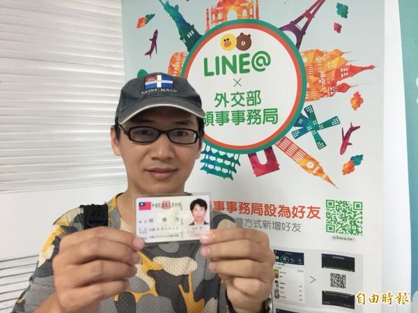 因《佐拉與老虎廟 》紀錄片被外媒譽為「中國公民記者第一人」的周曙光,上月底剛拿到中華民國身分證,正式成為台灣人,實踐「人肉翻牆」,今則恰巧選在中國六四事件當天辦護照。(記者王峻祺攝)