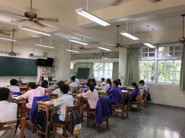 天氣炎熱,台中市加碼將全面助公立幼兒園、國中小學教室裝冷氣。(圖:忠明高中提供)