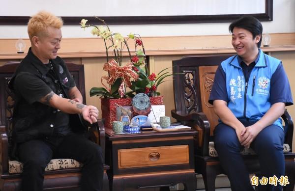 小林晉平自發性募款捐贈給花蓮市公所,還展示右手臂象徵台、日2國堅定情誼的「花蓮台灣」刺青,讓市長魏嘉賢看了相當感動。(記者王峻祺攝)