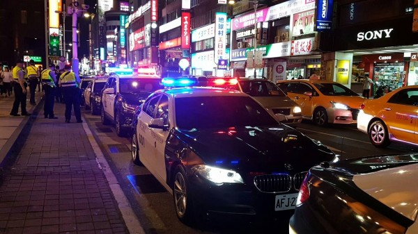 新北市警察局於今晚間進行威力掃蕩,作亂份子小心了。(記者徐聖倫翻攝)