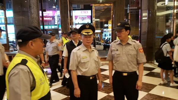 圖中央為新北市警局長胡木源,親自至板橋星聚點KTV進行威力掃蕩指揮工作。(記者徐聖倫翻攝)