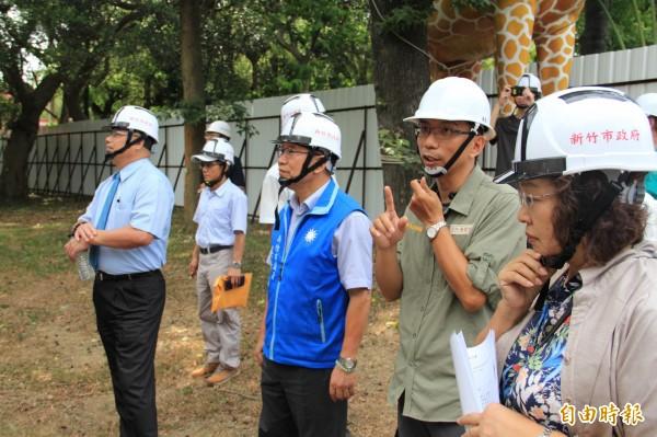 新竹市議會國民黨團日前到動物園了解動物臨時安置區的現況,要求市府能提供較好的安置環境。(記者洪美秀攝)