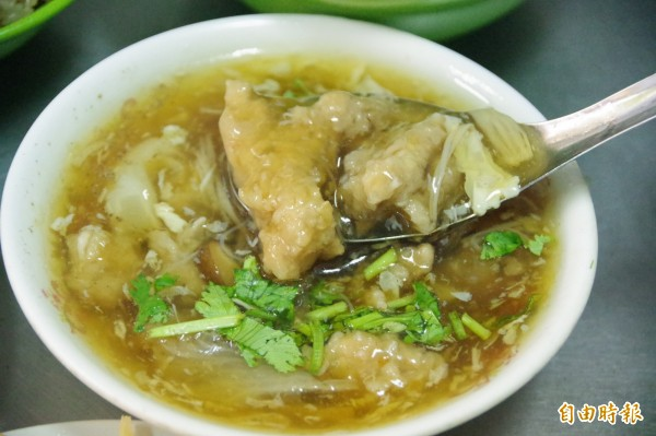 「秀惠香菇肉羹」的肉羹肉選用當天現宰的豬後腿肉,肉質嫩又有嚼勁,沒有裹太多粉,能吃得到肉的天然原味。(記者曾迺強攝)