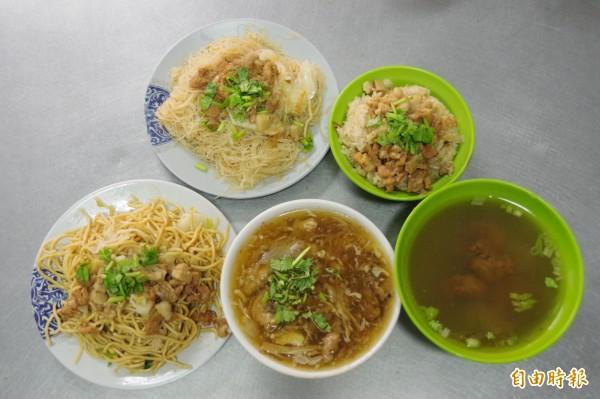 「秀惠香菇肉羹」販售肉羹、油飯、炒麵、炒米粉、排骨酥湯等品項,銅板價就能飽餐一頓。(記者曾迺強攝)