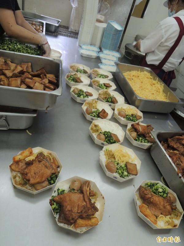 高雄鐵路餐廳製作排骨便當過程嚴謹,希望每一份便當都能讓乘客吃的開心(記者王榮祥攝)