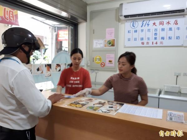 新竹市傳承50年的「814大同冰店」,每到夏天就吸引很多民眾及老顧客來買冰棒。(記者洪美秀攝)