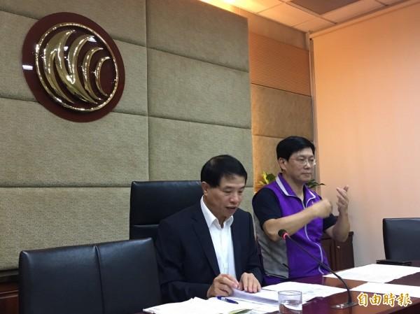 NCC副主委翁柏宗(左)說,將制訂頻道公平上下架參考原則。(記者楊綿傑攝)