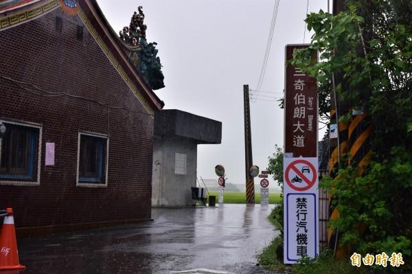冬山鄉的三奉路,被稱為三奇伯朗大道,因與台東池上伯朗大道撞名,公所決定正名為三奇「稻間美徑」。(記者張議晨攝)