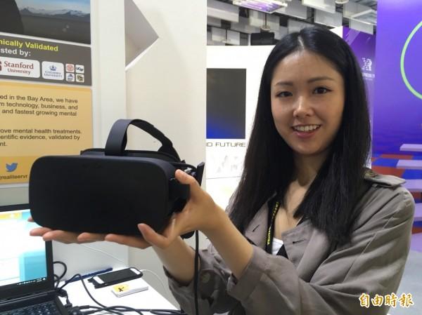 矽谷新創團隊Realiteer,現身台北國際電腦展Innovex館,展示用VR進行物理治療的神奇效果,圖中為團隊成員林佑柔。(記者陳炳宏攝)