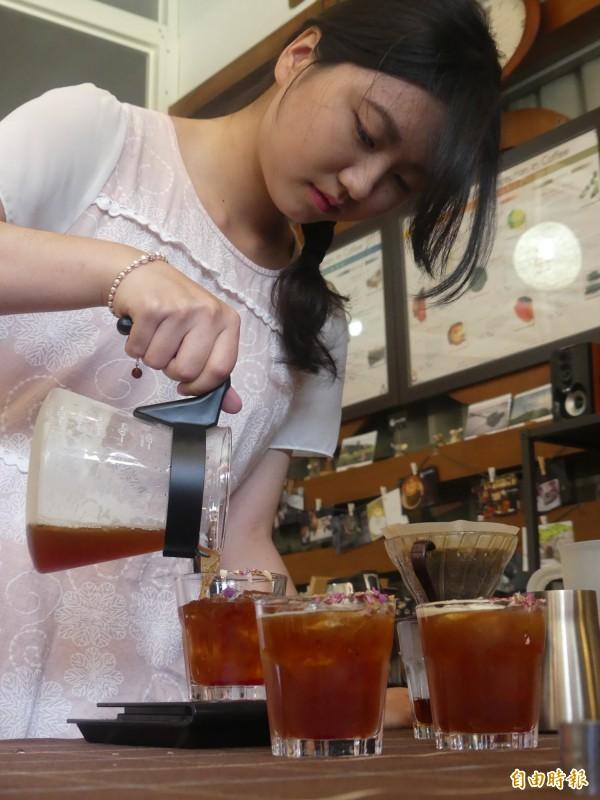 金大觀光系同學陳芳儒赴廈門參加咖啡沖煮賽,獲得最佳形象獎並以「達文西玫瑰」拿下冠軍。(記者吳正庭攝)