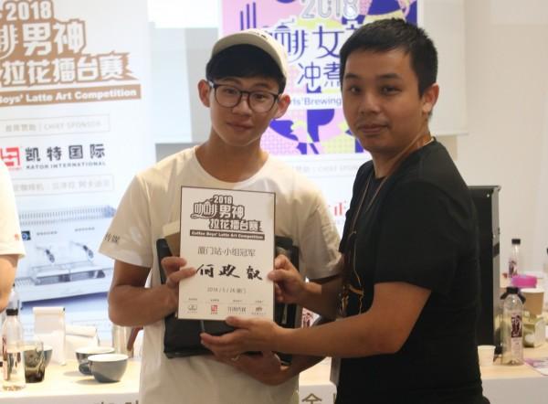 金門大學食品系男生何政叡(左)赴廈門參賽獲男神拉花組冠軍。(胡凌雄提供)
