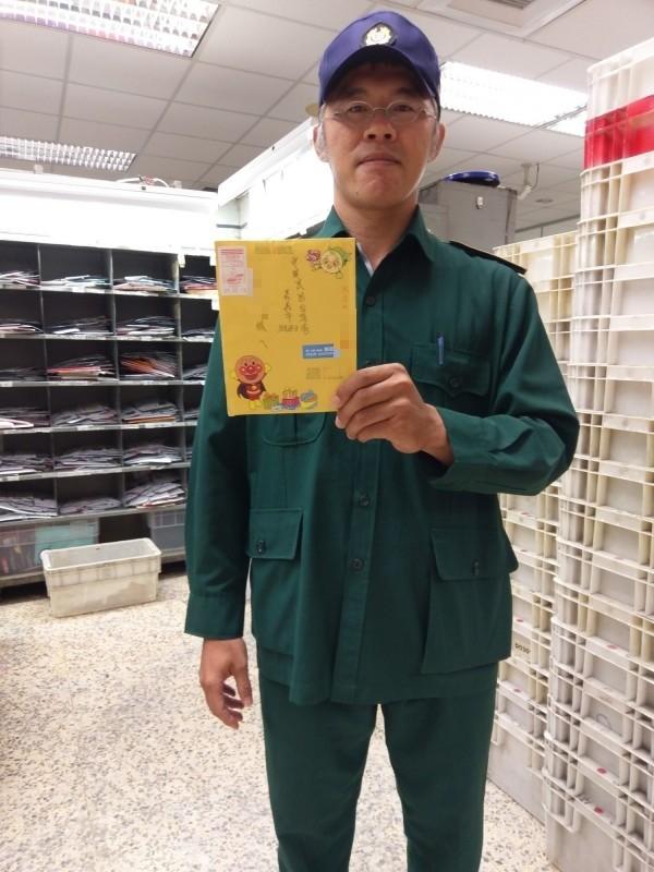 嘉義郵局郵務稽查王國旭扮柯南,從信件上號碼找到正確住址、把信送到收件人手中。(記者王善嬿攝)