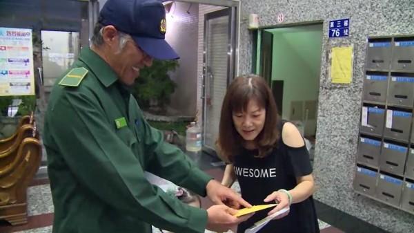 王國旭(左)將信件送到張鳳凰(右)手中,張大讚郵差很用心。(嘉義郵局提供)