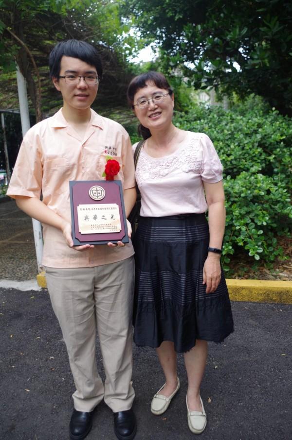 應屆畢業生林昺旭(左)錄取國防醫學院醫學系,與媽媽黃淑真分享榮耀。(記者王善嬿攝)