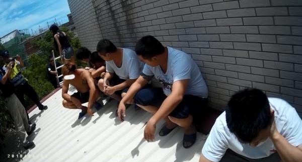 部分詐騙集團成員來不及逃脫,試圖躲在遮雨棚藏匿。(金門警方提供)
