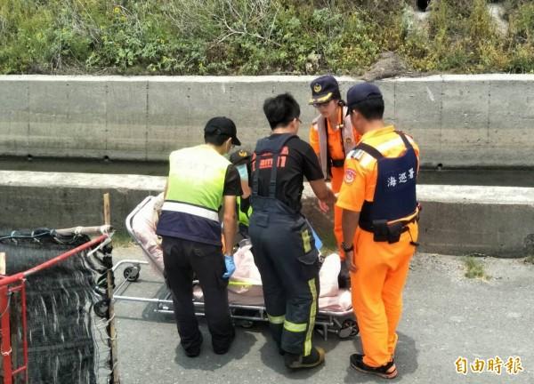蚵車翻覆後,救護人員趕緊將傷者送醫。(記者陳冠備翻攝)