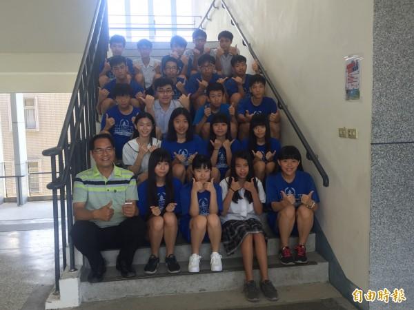 新生國中有22位學生考出5A以上成績。(記者張存薇攝)