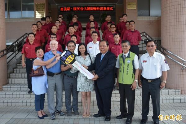 世交一甲子的高家與陳家,以捐贈救護車作為紀念。(記者劉禹慶攝)