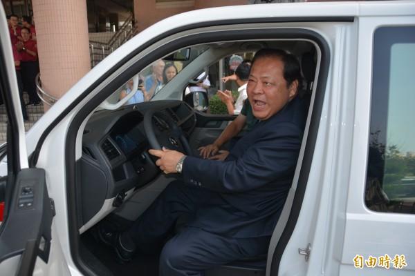 澎湖縣長陳光復代表受贈,並登上駕駛座體驗新車性能。(記者劉禹慶攝)